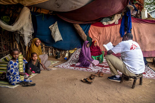 An MSF outreach staff holds a discussion with mothers in Dagahaley camp