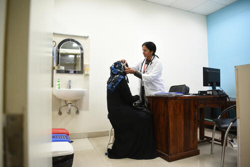 Dr Yasoda Kurra, MSF doctor, examining a patient at the Umeed Ki Kiran Clinic, Jahangirpuri, Delhi