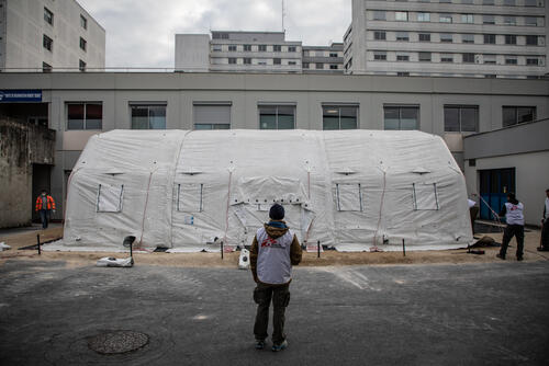COVID-19: MSF sets up an inflatable tent in Reims hospital