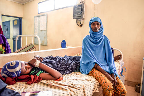 Sowdo Mohamed Gedi is a Kenyan living in a nearby village and had to travel for over 3 hours with her daughter to the MSF hospital in Dagahaley