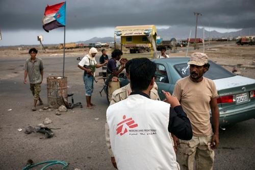 فريق أطباء بلا حدود في شوارع عدن.