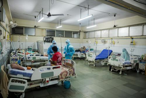 Doctors working at the HFNC ward.jpg