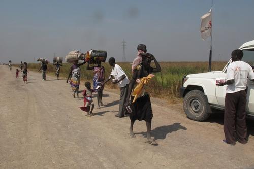 MSF's emergency teams distributes high energy food to displaced people on the road from Bentiu to Leer.